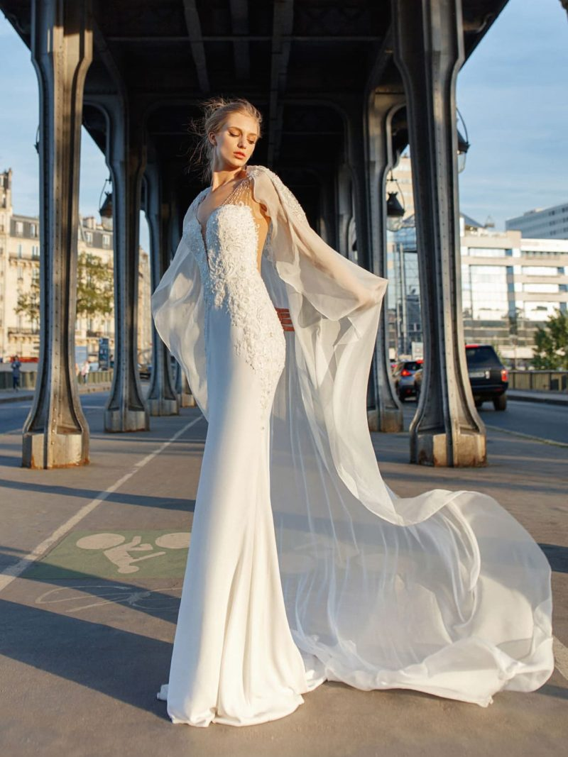 Свадебное платье облегающего кроя с открытой спинкой.