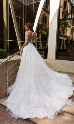 Свадебное платье с длинным прозрачным рукавом и воздушной юбкой.