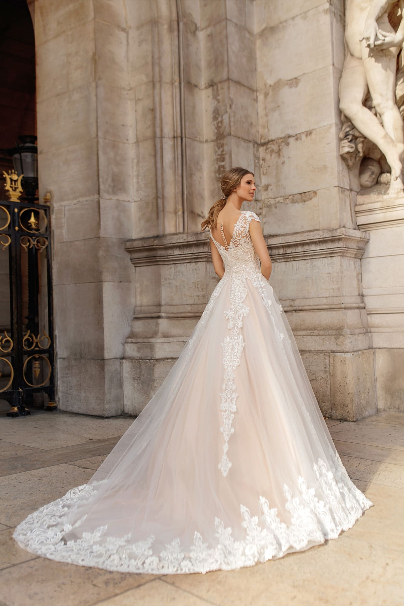 Великолепное свадебное платье пудрового цвета с кружевом.