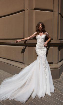 Свадебное платье «рыбка» с отделкой фактурным кружевом.