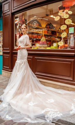 Свадебное платье «русалка» пудрового оттенка с фактурным декором.