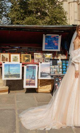 Открытое свадебное платье с фактурным корсетом и шлейфом.