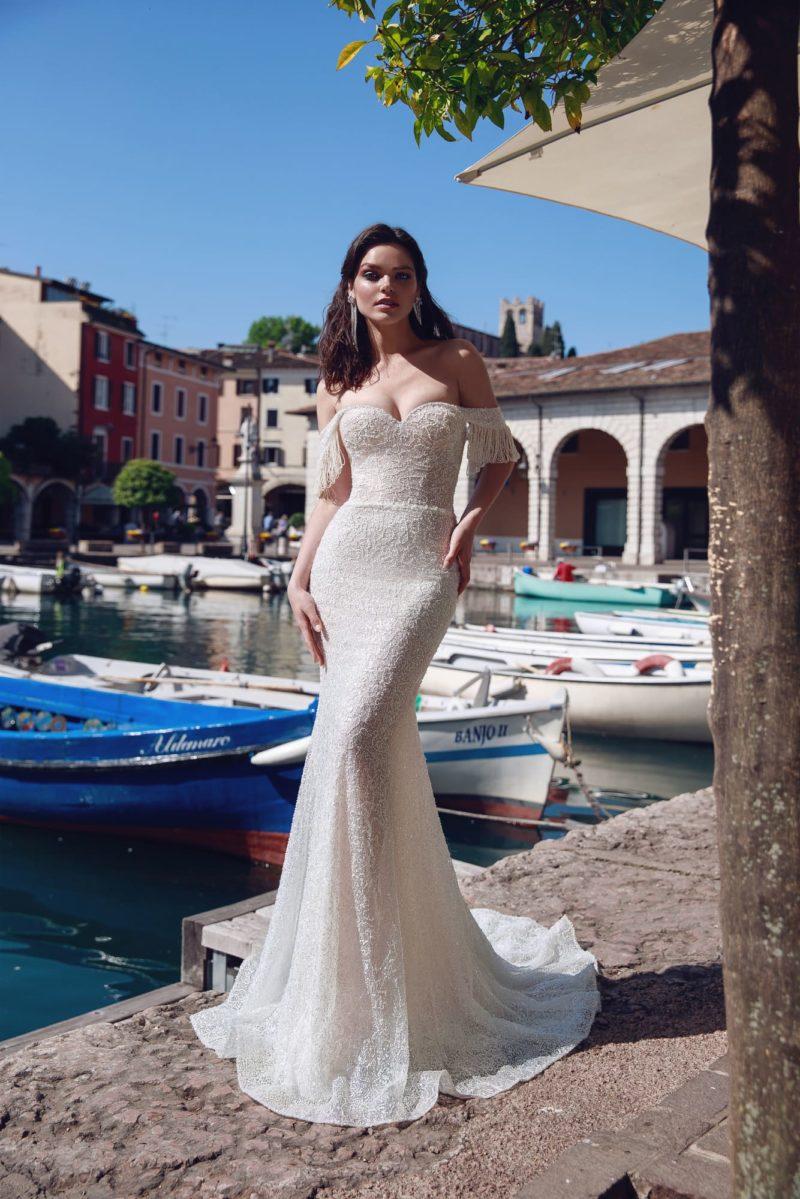 Свадебное платье с открытым верхом и бисерной отделкой по кружеву.
