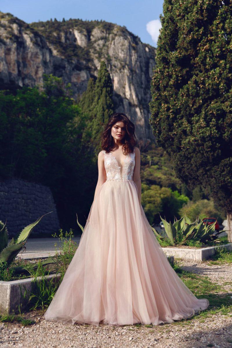Персиковое свадебное платье с пышной юбкой и глубоким вырезом.