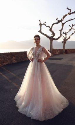 Розовое платье с V-вырезом