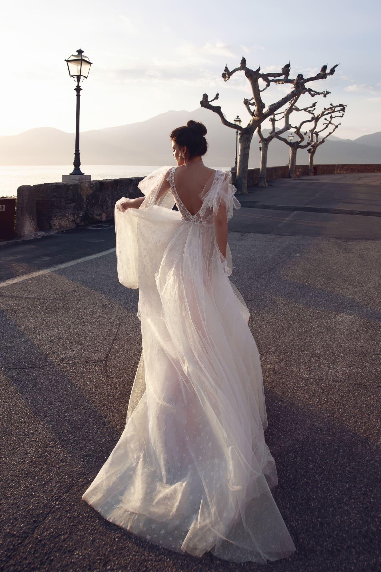 Розовое свадебное платье с оборками и юбкой в горошек.