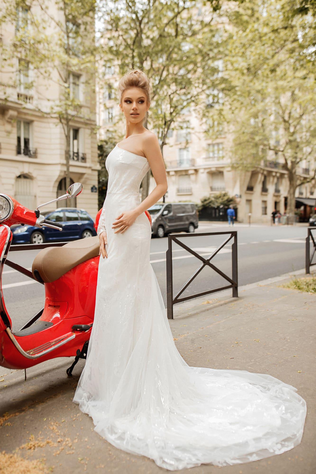 Свадебное платье с великолепным длинным шлейфом и асимметричным верхом.