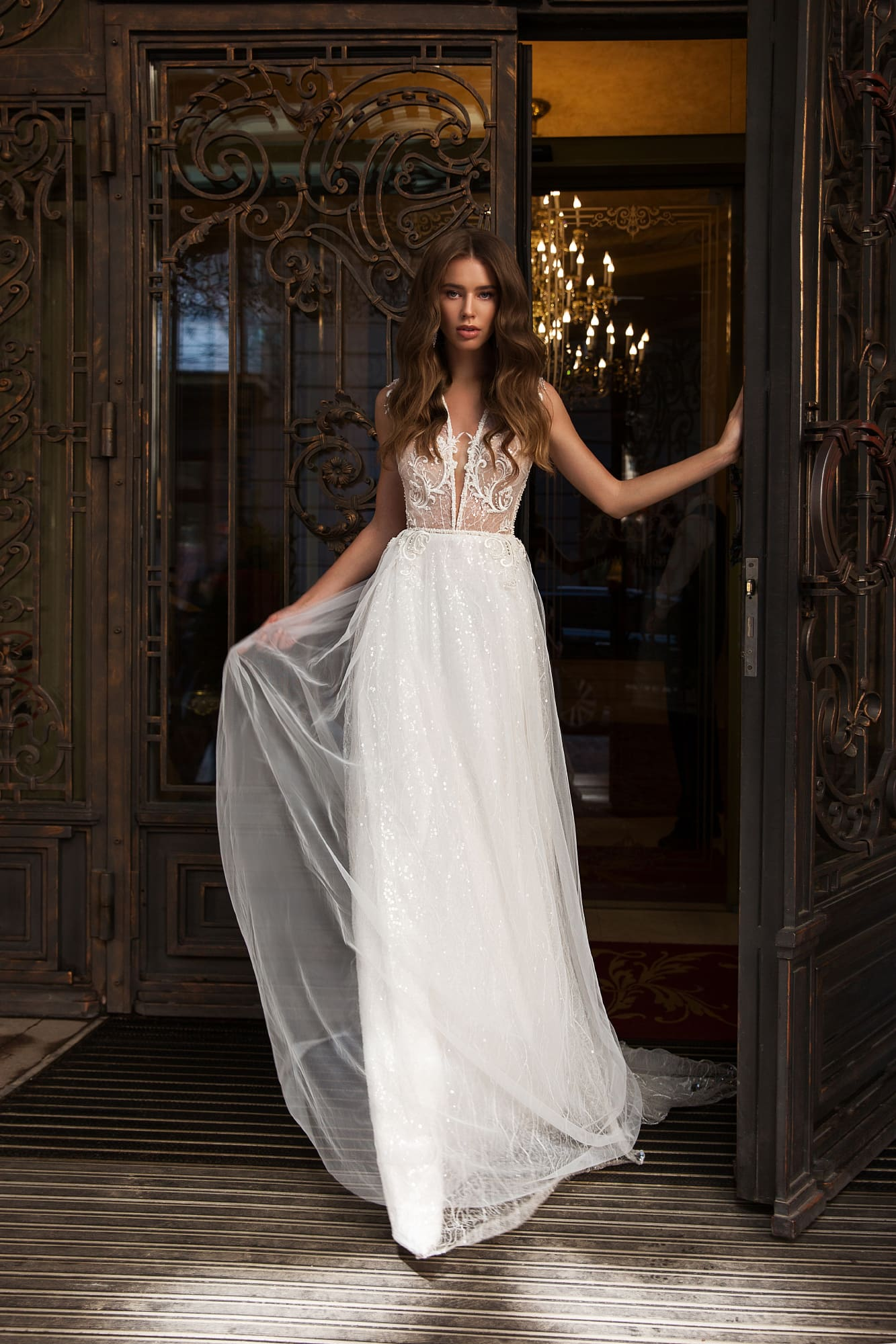 Прямое свадебное платье с открытой спиной и пайетками.