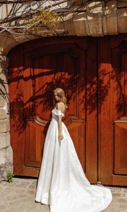 Атласное свадебное платье с декольте «сердечком» и длинным шлейфом.