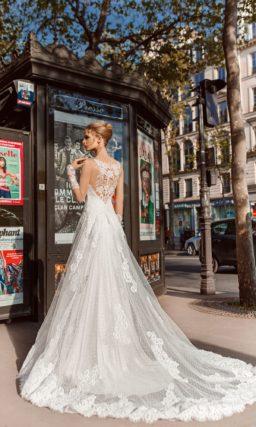 Кружевное свадебное платье с роскошной атласной подкладкой.