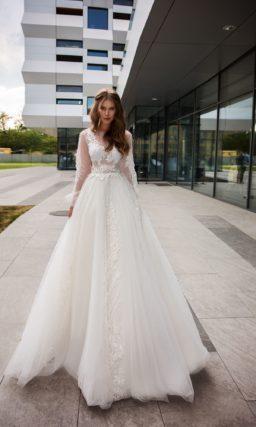 Свадебное платье с пышным рукавом и многослойным низом.