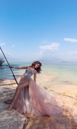 Свадебное платье розового цвета с высоким разрезом на юбке.