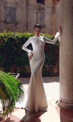 Свадебное платье «русалка» с длинным рукавом, украшенным перьями.
