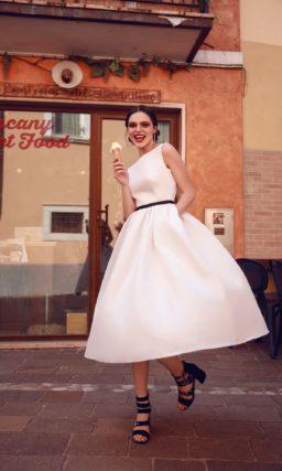 Свадебное платье миди с закрытым лифом и черным поясом.