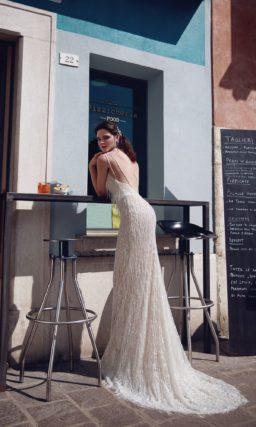 Свадебное платье «русалка» с открытым лифом и отделкой по всей длине.