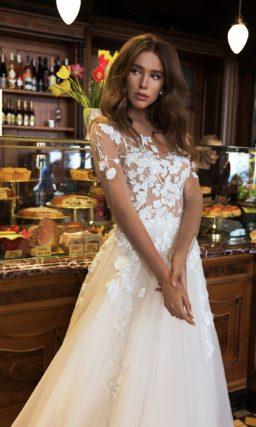 Свадебное платье с аппликациями и роскошным шлейфом.