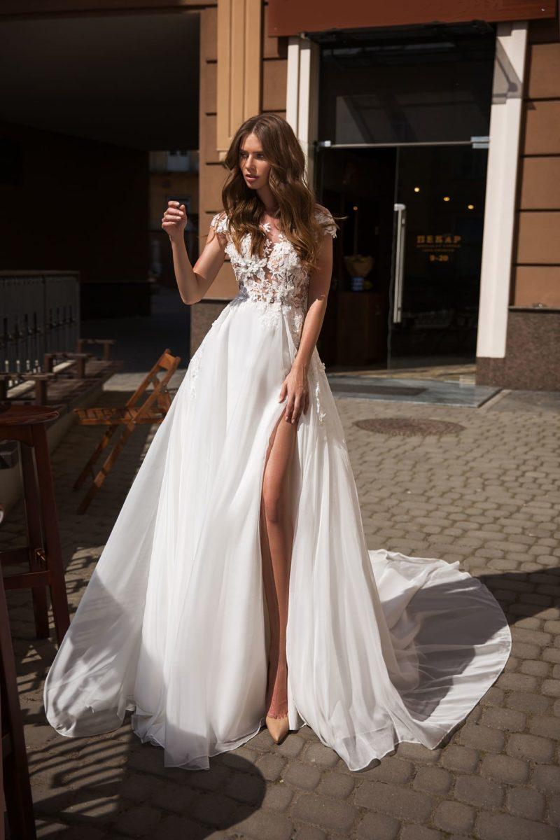 Свадебное платье с высоким разрезом и полупрозрачным лифом.