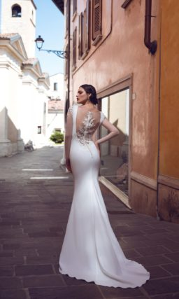 Свадебное платье «русалка» из атласа, с длинным прозрачным рукавом.