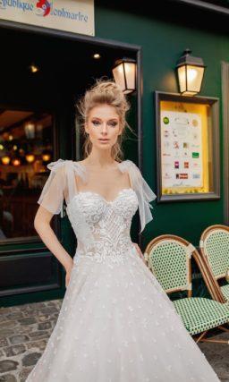 Шикарное свадебное платье с бантами на плечах и фактурным декором.