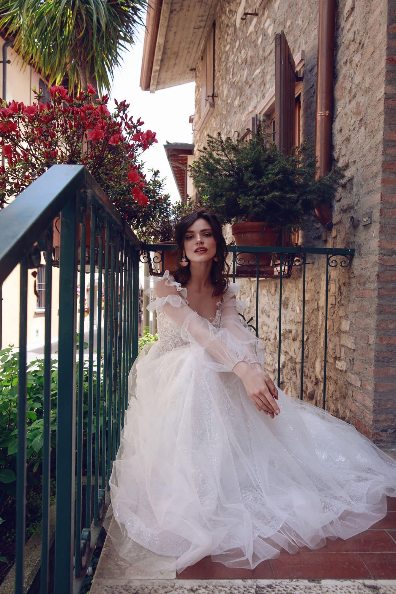 Пышное свадебное платье с длинным объемным рукавом.
