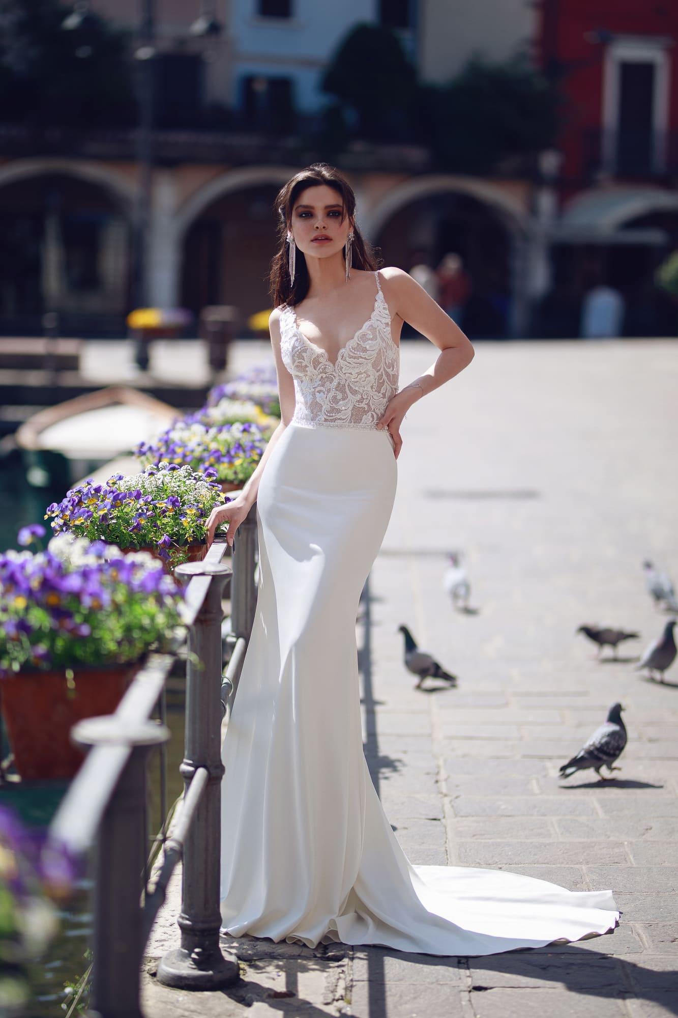 Свадебное платье «русалка» с открытым кружевным лифом.