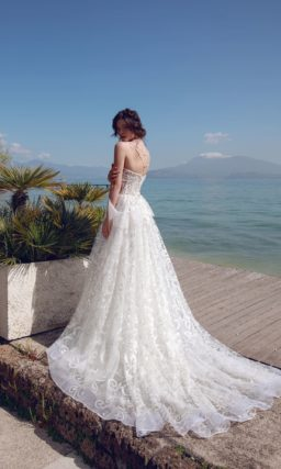 Свадебное платье А-силуэта с открытым верхом и кружевным декором.