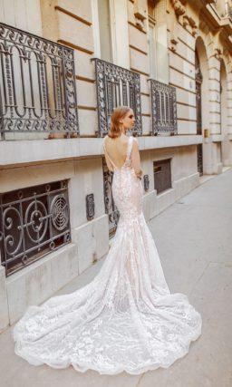 Свадебное платье «русалка» персикового цвета с длинным кружевным шлейфом.