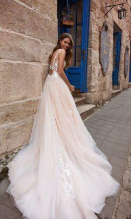Пышное свадебное платье персикового цвета с белым кружевом.