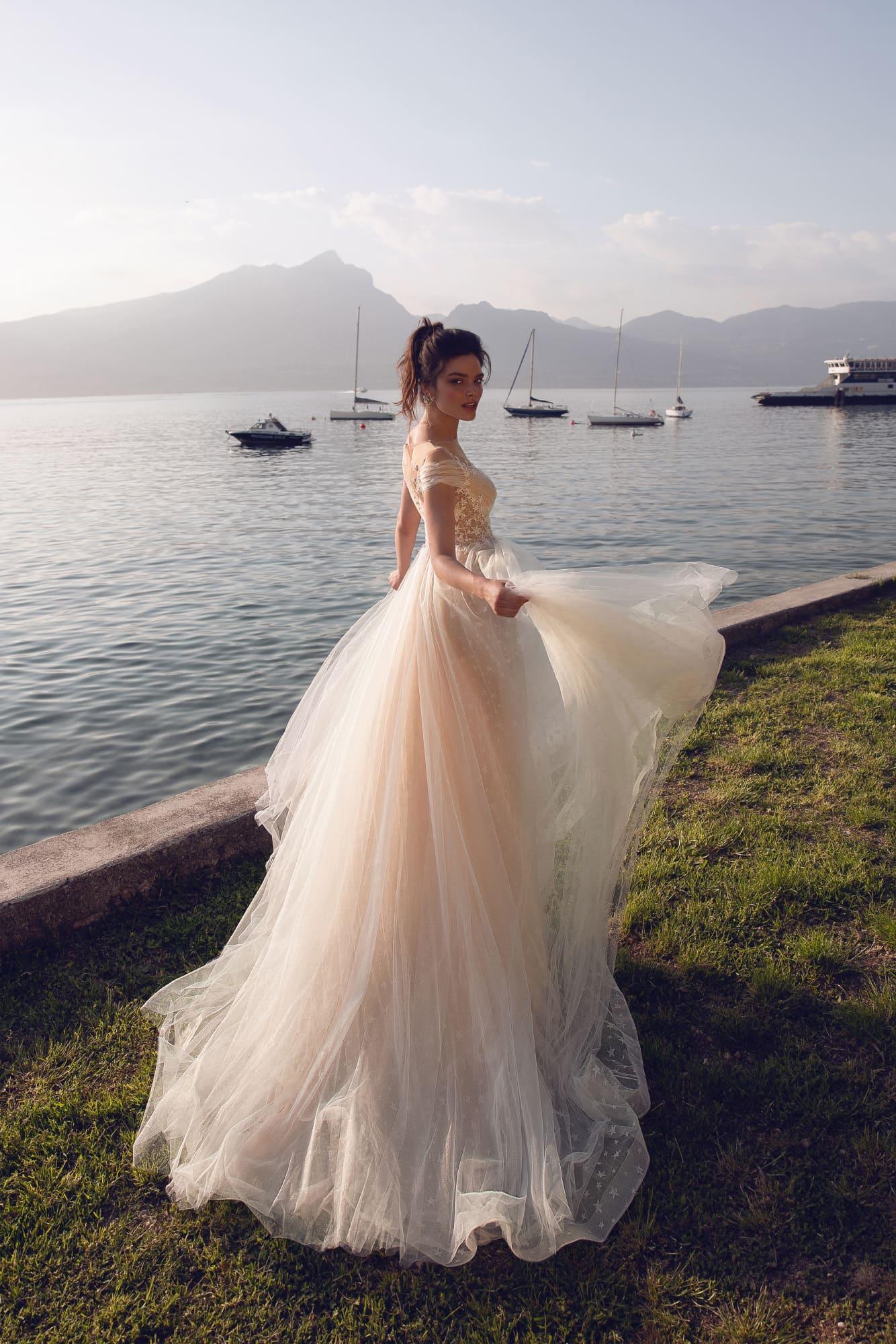 Свадебное платье бежевого цвета с отделкой аппликациями.