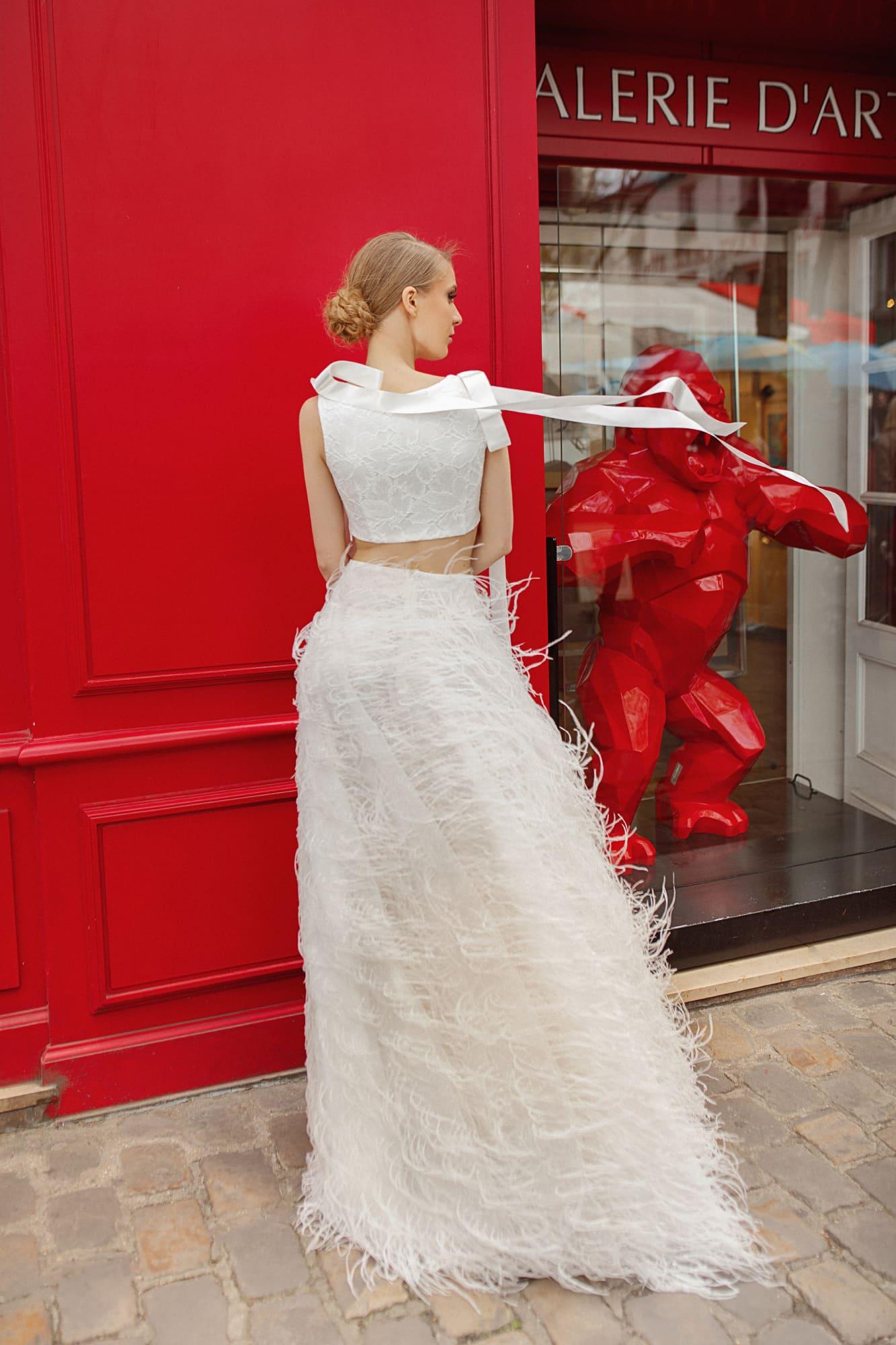 Необычное свадебное платье с атласным болеро и юбкой с перьями.