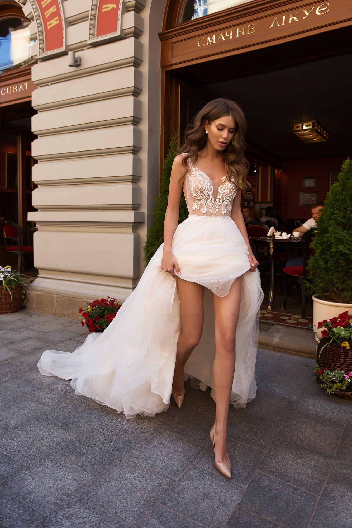 Соблазнительное свадебное платье с открытой спинкой и длинным шлейфом.