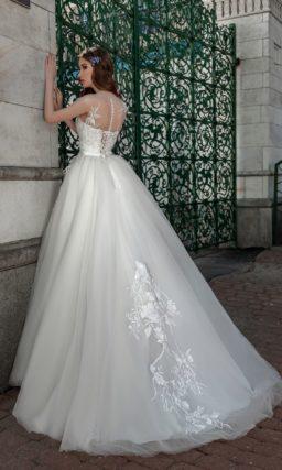 Пышное свадебное платье с крупным глянцевым декором.