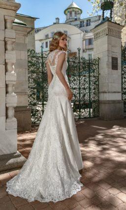 Свадебное платье с кружевной отделкой и полупрозрачной спинкой.