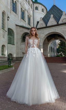 Пышное свадебное платье с вырезом до талии и аппликациями.