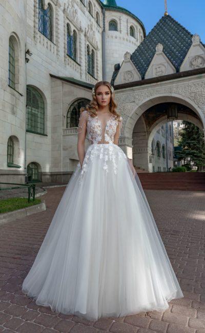 Пышное свадебное платье с вырезом
