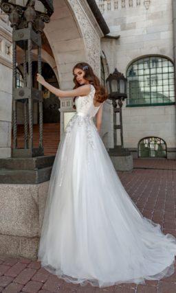 Свадебное платье с закрытым атласным лифом и многослойной юбкой.
