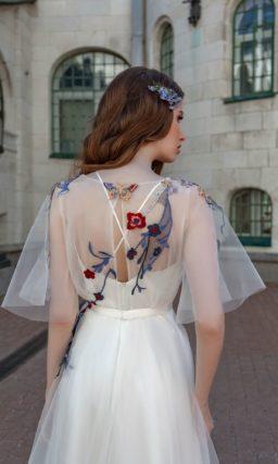 Свадебное платье с цветочной вышивкой и коротким рукавом.