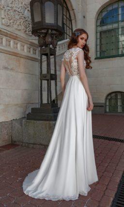 Свадебное платье с кружевным верхом и глянцевой юбкой со шлейфом.