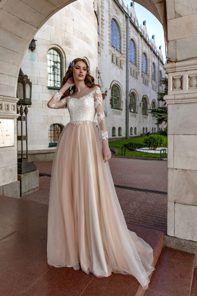 Свадебное платье с прозрачным рукавом и пудровой юбкой.