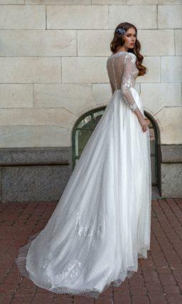 Свадебное платье с длинным рукавом и сетчатой отделкой.