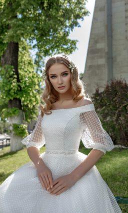 Атласное свадебное платье с сетчатым декором и портретным декольте.