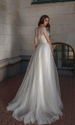 Свадебное платье с многослойной юбкой и оборками на лифе.