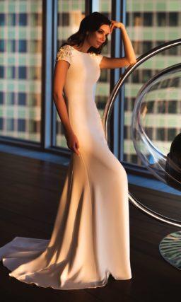 Пудровое свадебное платье прямого кроя с коротким рукавом с бисером.