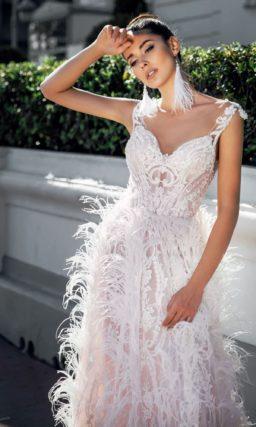 Свадебное платье розового цвета с отделкой перьями.