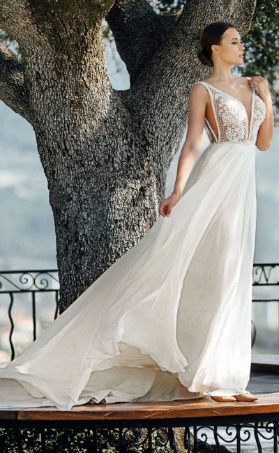 Свадебное платье с воздушной юбкой и глубоким декольте.