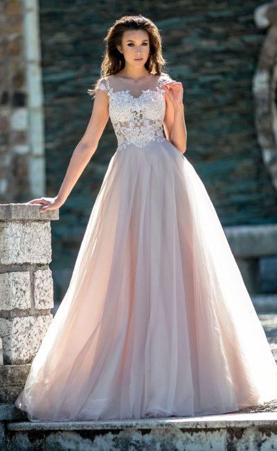 Свадебное платье розового цвета с многослойной юбкой и кружевом.