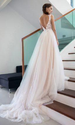 Пудровое свадебное платье с открытой спинкой и пайетками.