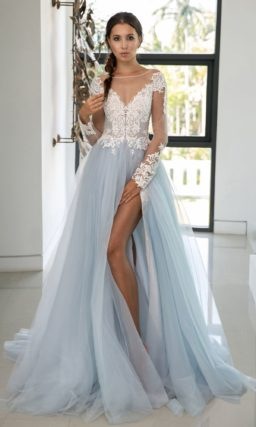 Свадебное платье голубого цвета с пышной юбкой с разрезом.