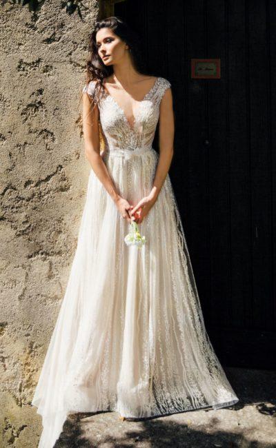 Свадебное платье с V-образными вырезами и кружевной отделкой.