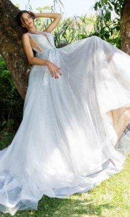 Свадебное платье с глубоким вырезом и сногсшибательным длинным шлейфом.